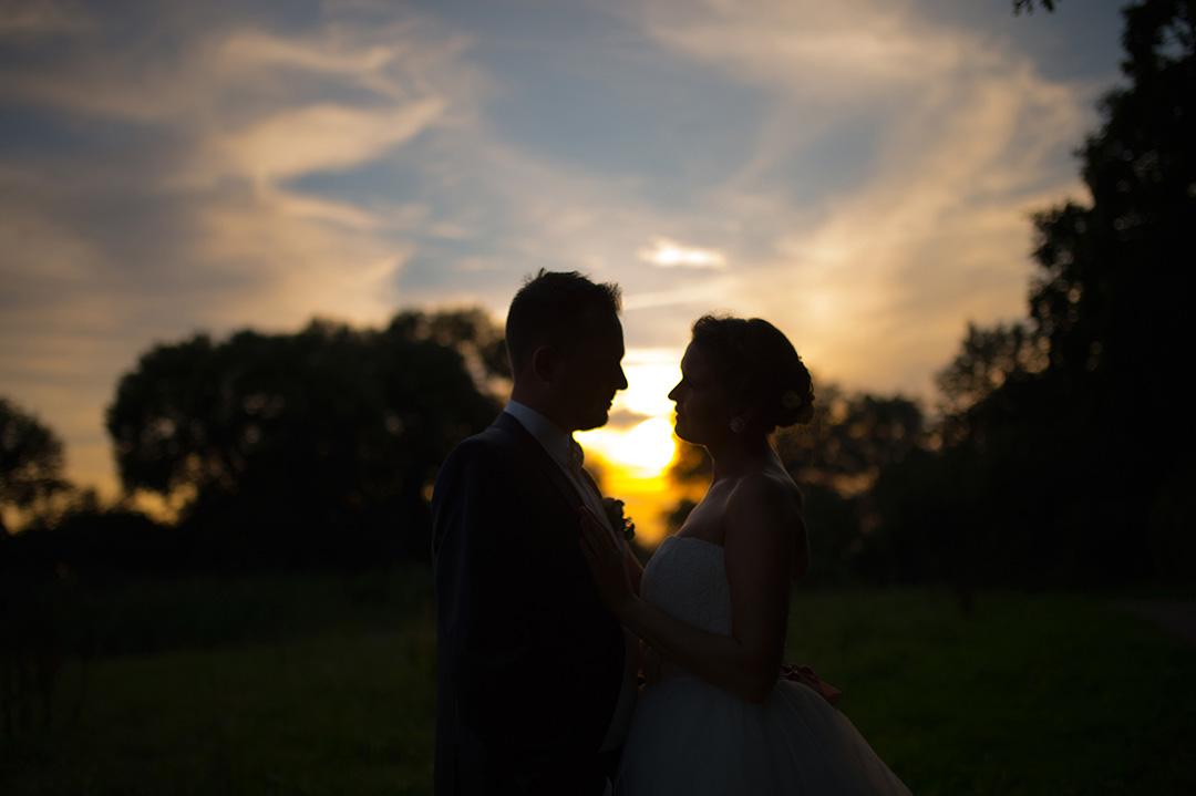 Rudek Fotografie - Hochzeitspaar vor Abendhimmel