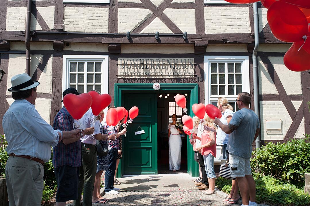 Rudek Fotografie - Spalier mit Luftballons vor dem Domherrenhaus, Verden