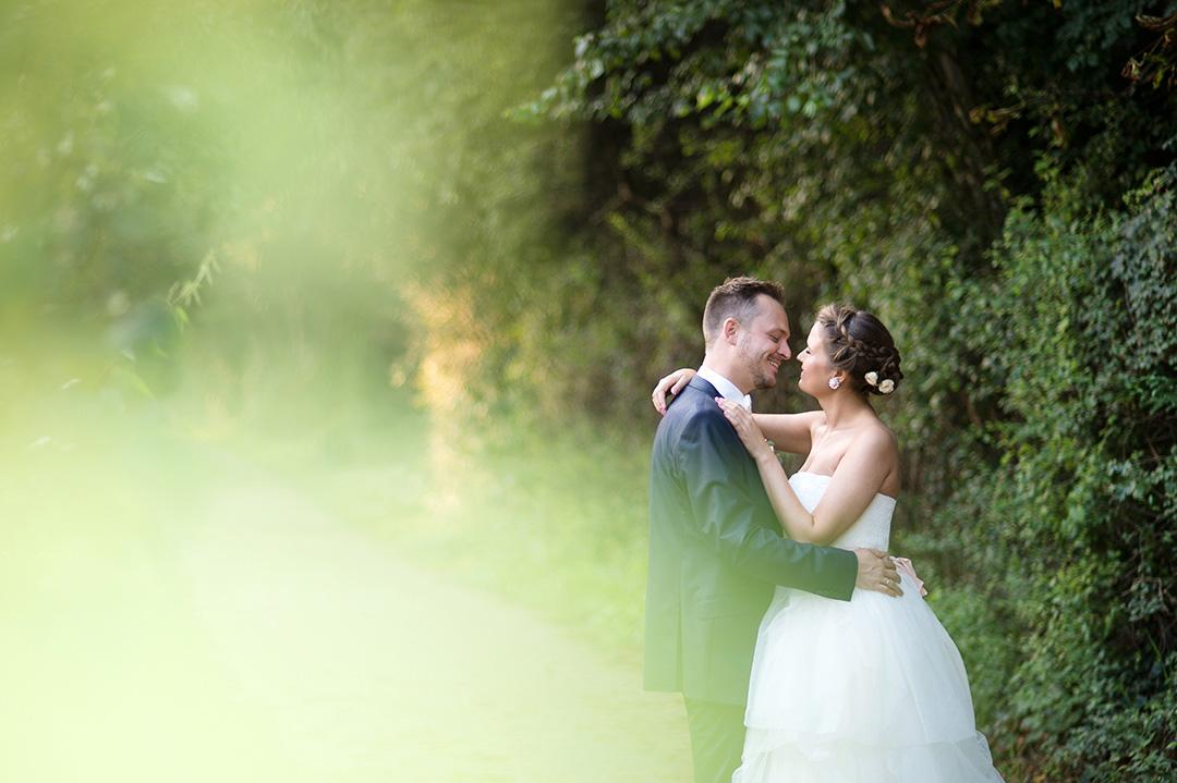 Rudek Fotografie Hochzeitapaar an einer grünen Hecke